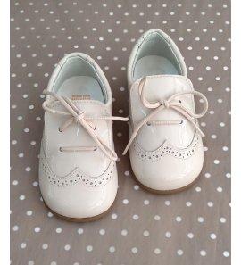Zapato mocasin charol beige